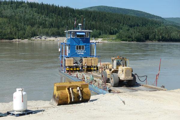 Versorgungsfähre auf dem River