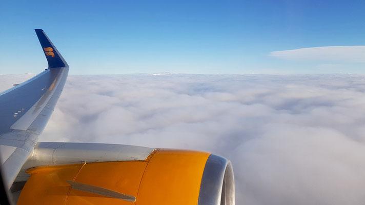 Hoch über den Wolken...wir fliegen der Schweiz entgegen!