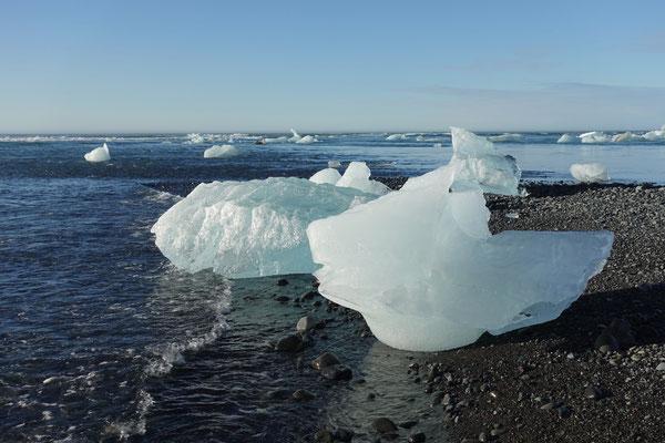 Die Wellen werfen das Eis an den Strand