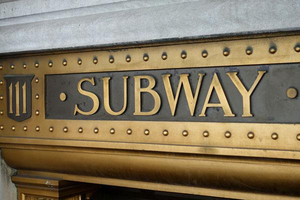 Wir verschwinden im Untergrund und nehmen die Metro...
