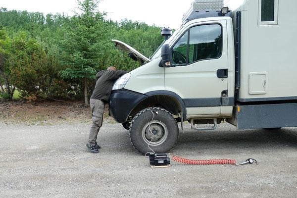 Reifen pumpen nach der Schotterpiste