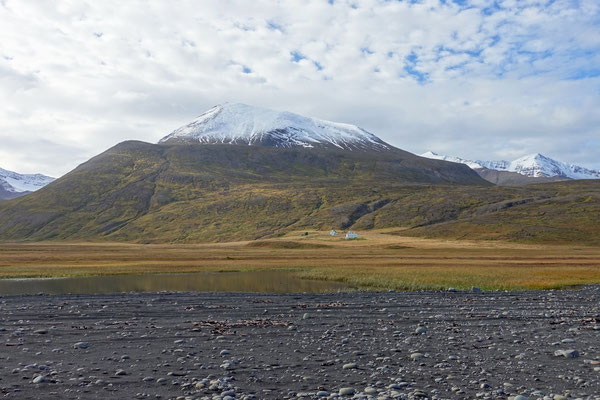 ...im Rücken die Berge voller Schnee