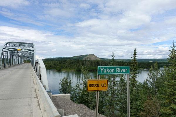 und fahren dem Yukon River entlang