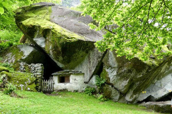 Ein Stall unter Felsen gebaut...