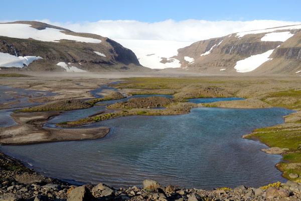 Der Gletscher leuchtet in der Ferne