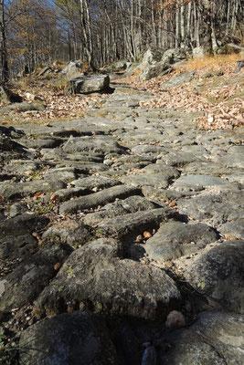 Bergell - über alte Steine geht es hoch nach Soglio