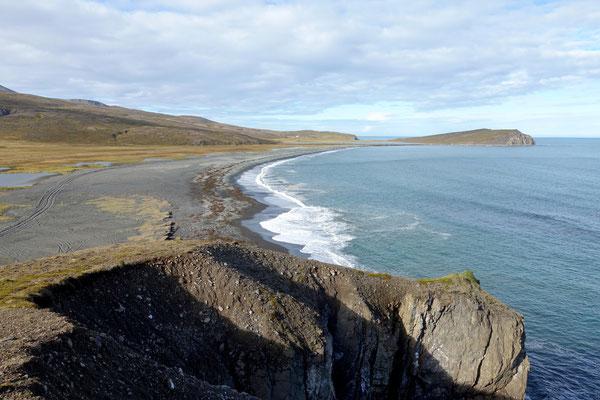 Blick vom Hügel über die Bucht...