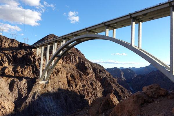 Die Brücke überspannt den Colorado River