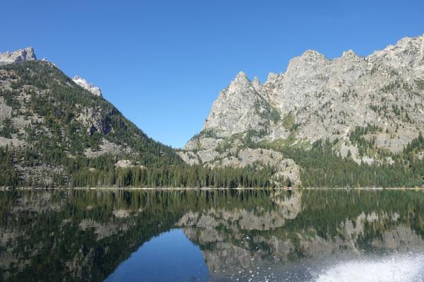 Wir brausen über den glatten Jenny Lake