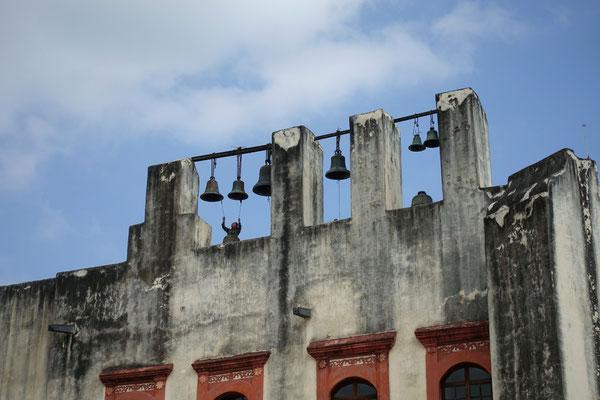 Die Kirchenglocken werden geläutet