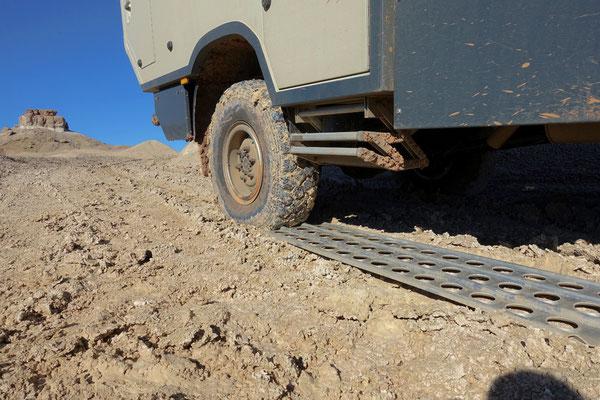 ...und schieben die Sandbleche unter die Räder