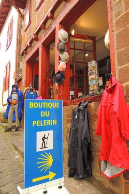 Pelerinen für die Wandersleute...das Dorf liegt am Jakobsweg