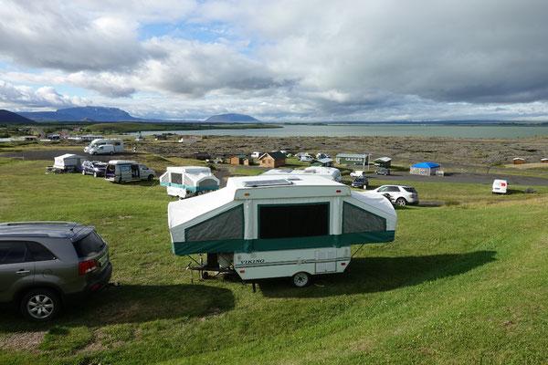 Auf dem Camping am Myvatnsee...vor uns ein typischer Isländer mit seinem Klappzeltanhänger
