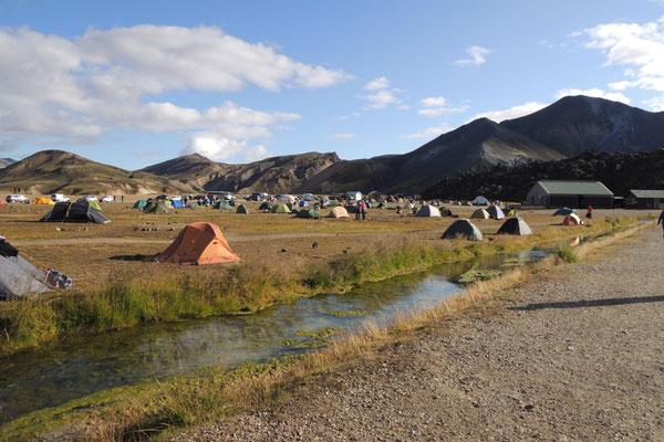 Viele Zeltler treffen sich hier im Camp von Landmannalaugar
