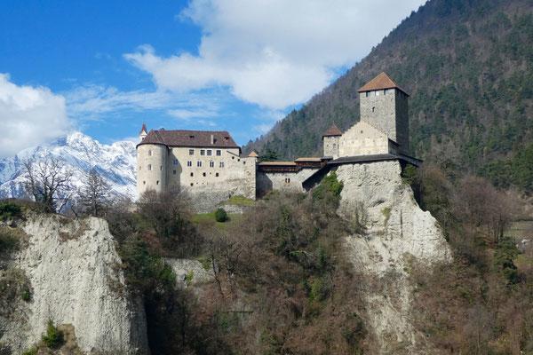 Stolz steht es auf dem Hügel, das Schloss Tirol