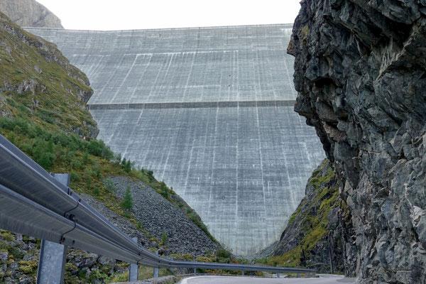 Am Fusse der gigantischen Staumauer Grand Dixence
