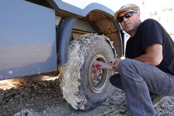 Dicker Lehm klebt an den Reifen...