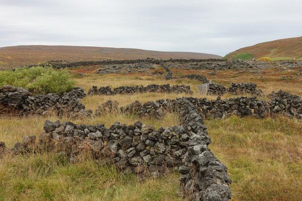 Alter Zaun aus Vulkansteinen