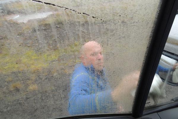 Null Sicht, der Dreck klebt überall = Scheiben putzen!