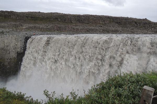 Riesige Wassermassen stürzen beim Dettifoss...