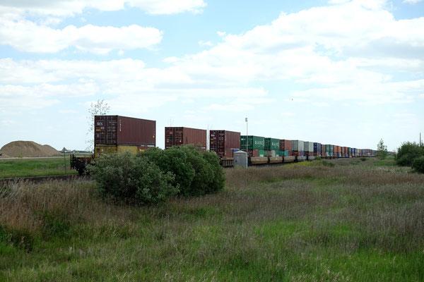 Wir sehen kilometerlange Züge