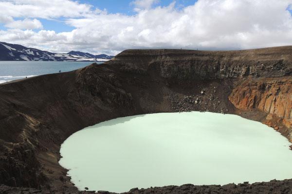 Die Askja mit dem kleinen, warmen Kratersee Viti...
