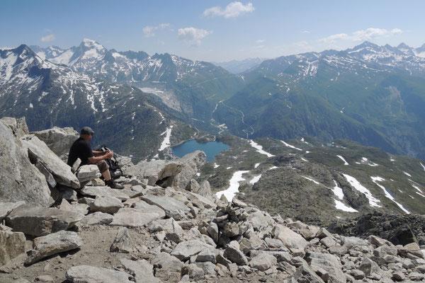 Pause auf dem Sidelhorn mit fantastischen Blick Richtung Wallis und Furkapass