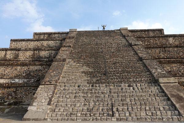 Beat erklimmt die Mondpyramide