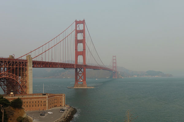 Die Golden Gate Bridge im rauchigen Nebel