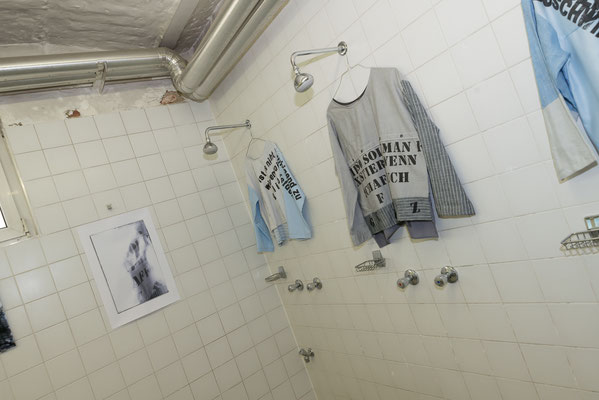 Wortfetzen im Waschraum | Schaustücke Textil mit Fotowerken © Sabine N. Grill | Fotos © Andreas Filzmair
