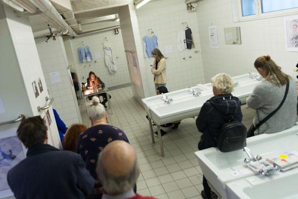 Im Waschraum bei der Lesung C. Antelmann | Schaustücke mit Fotowerken © Sabine N. Grill | Fotos © Andreas Filzmair