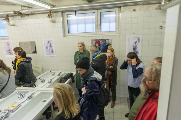 Im Waschraum bei der Lesung | Schaustücke mit Fotowerken © Sabine N. Grill | Fotos © Andreas Filzmair