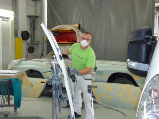 viel-Handarbeit-bei-den-Carrosseriearbeiten-