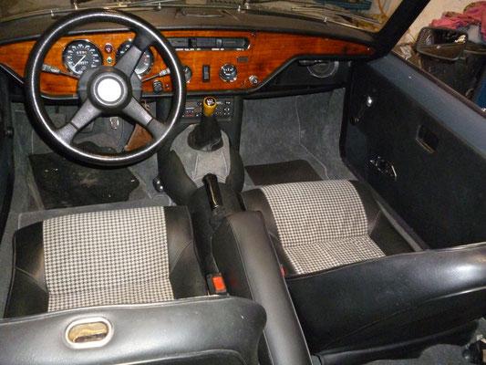 Armlehne / Kniepolster und das Radio sind montiert, damit ist der Innenraum fertig