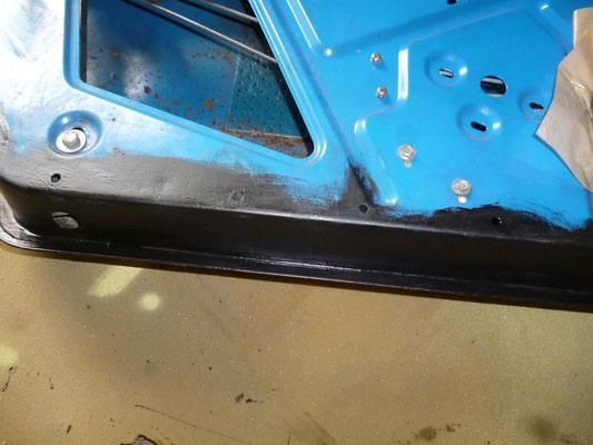 Die Fahrertür ist entrostet, der Falz wurde geöffnet , entrostet, mit Fertan behandelt, grundiert und anschliessend wieder verschlossen