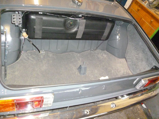 Der Kofferraumteppich wird angepasst