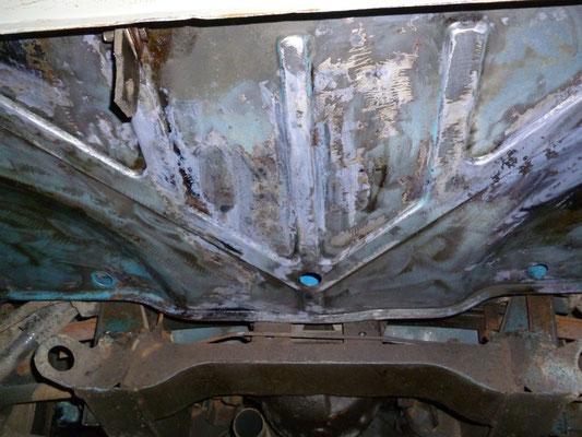 Der Kofferraumboden von unten nach Entrostung und Behandlung mit Fertan
