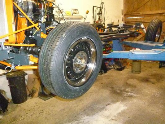 Derweil werden die Räder noch montiert, die Felgen wurden schwarz gepulvert und mit neuen 175/70x13 Reifen bestückt