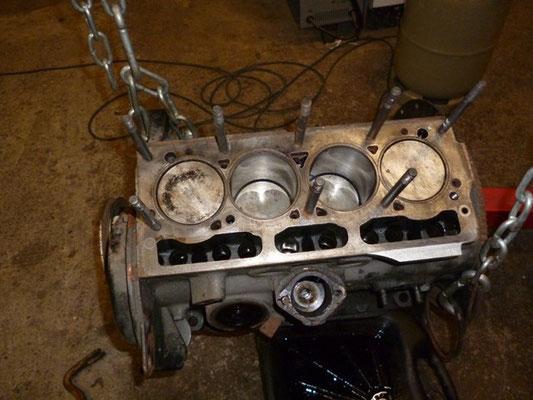 Mittlerweile hat sich ein brauchbarer Motor mit Kurbelwellenschaden eingefunden