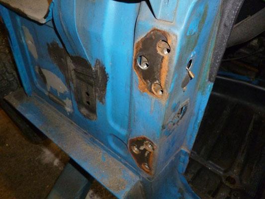 unter den Scharnieren ists rostig, alle Spitfire wurden mit montierten Türen grundiert und lackiert, deshalb ist unter den Scharnieren immer blankes Blech...