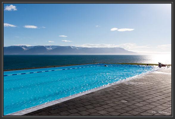 Bain chaud public au bord d'un fjord...