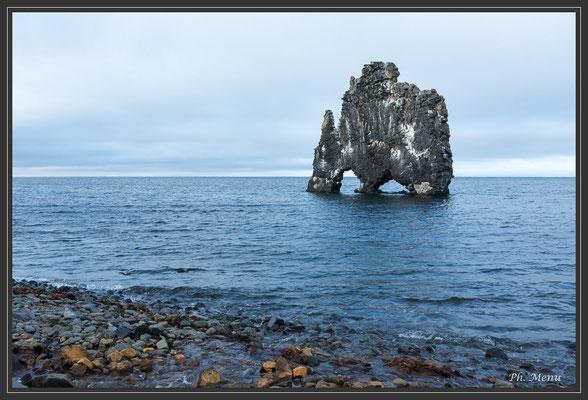 Gros rocher volcanique à Hvitserkur