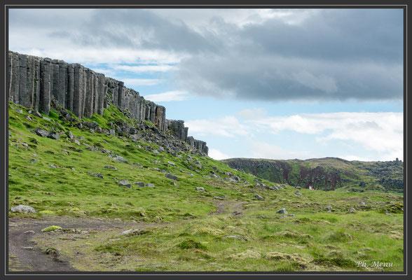 Entrée sud de la péninsule de Snaefellsnes avec un magique mur d'orgue basaltique