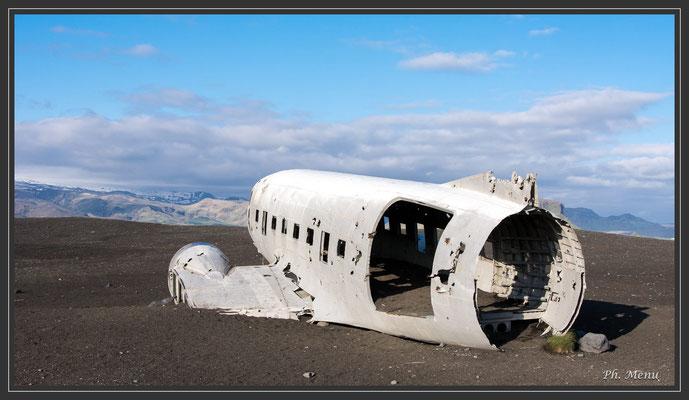 """""""Le 24 novembre 1973, un Douglas Super DC-3, appelé aussi Dakota, de l'U.S.Navy, a dû opérer un atterrissage d'urgence sur la plage de sable"""", dixit un site :-)"""