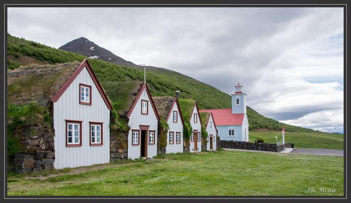 Laufas, vieille ferme du XVIe ou XVIIe et église de 1865