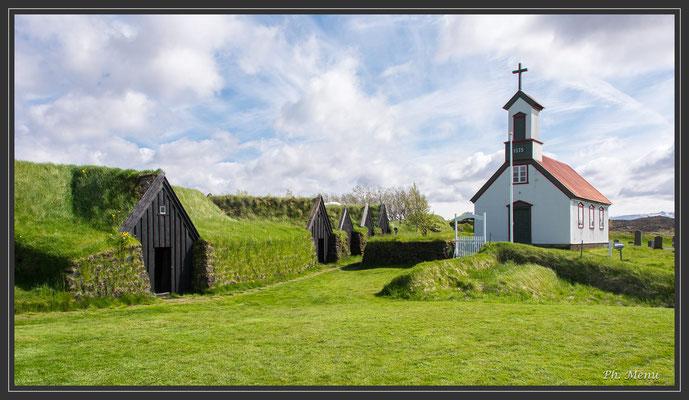 Hameau traditionnel, les maisons sont recouvertes de tourbe