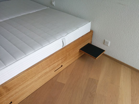 Integrierter Nachttisch mit Drucköffnung in Desk Top Linoleum belegt