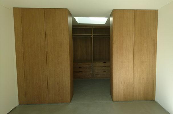 Die mittleren 2 Türen dienen als seitliche Schranktüren oder Abtrennung zum begehbaren Kleiderschrank