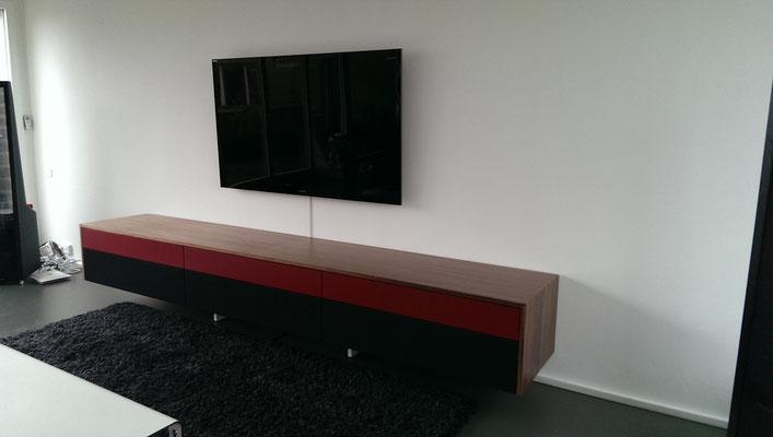 TV Sideboard in Amerikanischem Nussbaum furniert, obere Fronten lackiert, untere Fronten Rahmen mit Boxenstoff bespannt für Surroundlautsprecher und Fernbedienungsfunktionen