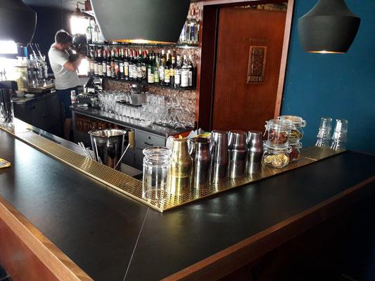 Bar 63 neue Barabdeckung mit Desk Top Linoleum belegt und Massivholzanleimer eingefasst